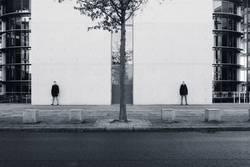 zwei Männer stehen an Wände