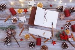 chaotisch dekorierter Weihnachtstisch mit Notizblock