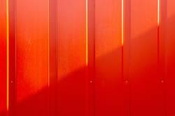 Rote Wand mit diagonalem Schatten