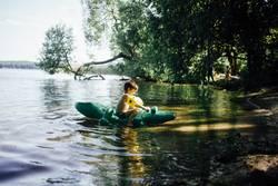 kleiner Junge im Wasser mit einer Krokodil Luftmatratze