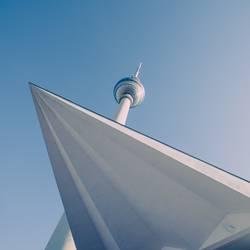Fernsehturm Berlin von unten mit Vorbau