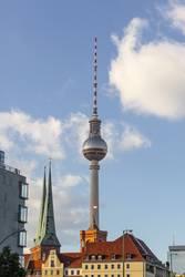 Berlin Stadtzentrum Nikolaikirche und Fernsehturm