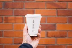 Kaffee to go in Pappbecher mit Plastikdeckel