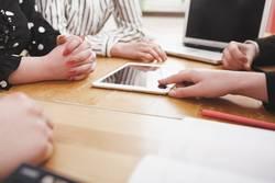 junge Mitarbeiter im Startup diskutieren am Schreibtisch