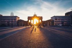 Brandenburger Tor im Gegenlicht bei Sonnenuntergang