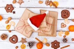 kleine Weihnachtsmütze auf Weihnachtsgeschenke