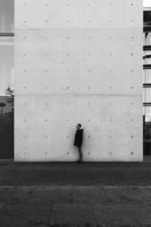 Mann steht an einer Wand
