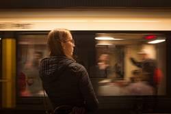 Junge Frau in der U-Bahn