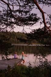 Mädchen angeln im Abendlicht