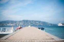 Schöner Steg im Sommer am Mittelmeer mit Booten