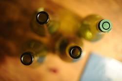 Der Flaschenhals von schönen Weinflaschen auf einem Tisch