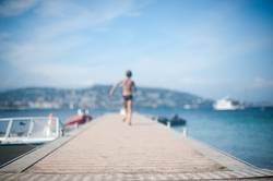 Kleiner Junge rennt einen Steg entlang, Mittelmeer