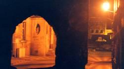 Nachtimpression eines Torbogens