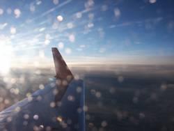Flugzeugblick in die untergehende Sonne