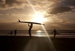 Surfer im Sonnenuntergang in Mauritius