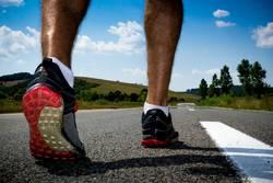 Läufer, der zum Training fertig wird