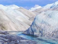 Eisberge auf dem Inlandeis in Grönland mit blauem Gletscherfluss