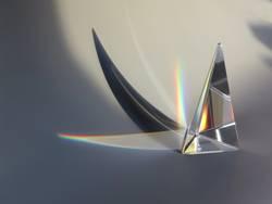 Prisma aus Glas mit Farben und Schatten