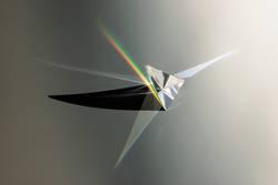 Glasprisma von der Sonne beschienen mit Regenbogen und Schatten