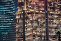 leuchtende Hochhausfassaden mit vielen Fenstern bei Nacht