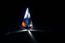 Glasprisma mit Lichtbrechung in bunten Farben
