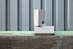 Erster Mauerstein mit Richtschnur