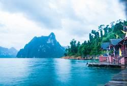 Lakeside Hütten und Berge