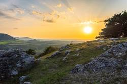 Sonnenuntergang mit kleinen Felsen