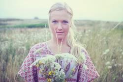 Blondes Mädchen auf Blumenwiese