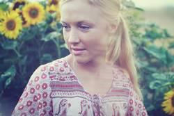 Blondes Mädchen auf Blumenwiese ( Sonnenblumen )