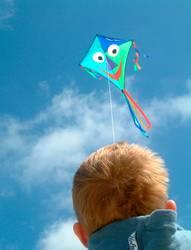 Kind lässt Drachen steigen