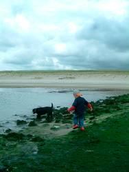 Kind mit Hund an der Nordsee