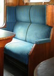 Eine leere Sitzbank in einem alten Zugabteil