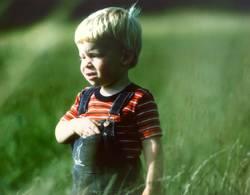 Kind auf grüner Wiese