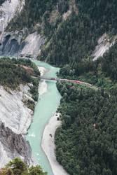 Bahn eine Brücke am Rhein