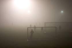 Fußballspiel bei Nebel