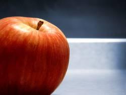 Apfel auf dem Stahltisch