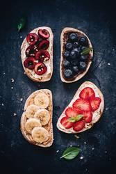 Frisches Brot mit süßen Früchten - gesundes Frühstück