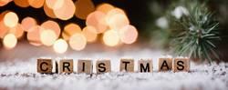 Christmas - Holzbuchstaben und weihnachtlicher Hintergrund