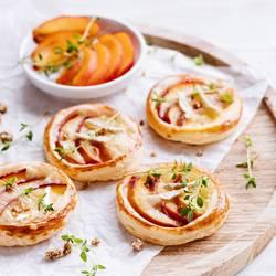 Blätterteig-Tarts mit Nektarinen, Camembert und Thymian