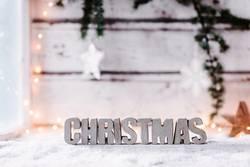 Weihnachtlicher Hintergrund mit dem Wort *Christmas* aus Beton