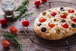 Focaccia mit Tomaten, Oliven und Kräutern
