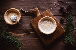 Weihnachtliches Tarte auf Holzuntergrund und winterlicher Deko