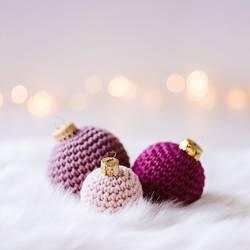 Weihnachtskarte mit gehäkelten Weihnachtskugeln