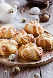 Ostergebäck - kleine Hefeteilchen und gedeckter Tisch