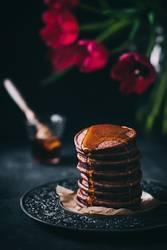 Schokoladige Pancakes mit Ahornsirup