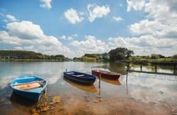 Boote und Steg am See