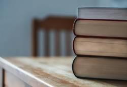 Bücherstapel auf dem Tisch