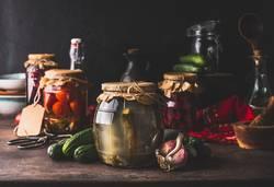 Gläser mit eingelegtem Gemüse und Obst
