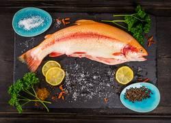 Ganze Regenbogenforelle Fisch mit Gewürzen